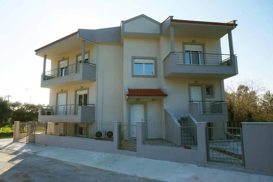 Полуподземен апартамент в Скала Рахони